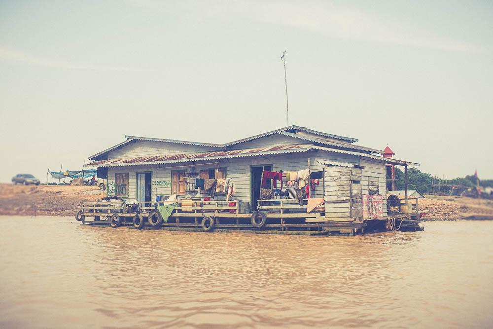 Read more about the article Village sur l'eau au Cambodge
